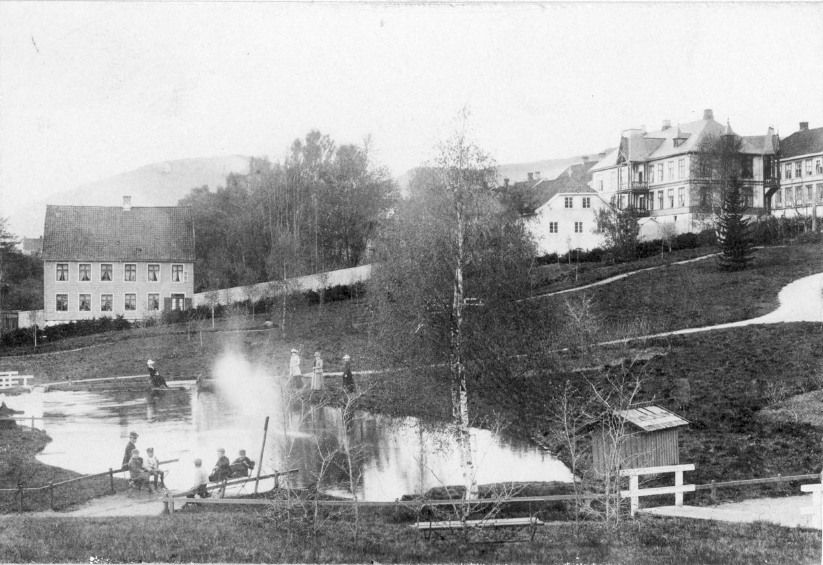 Repro, Lillehammer, Søndre park, mot Langes gate. Husene er Størenhuset, og Astrup-gården (Lorangegården)