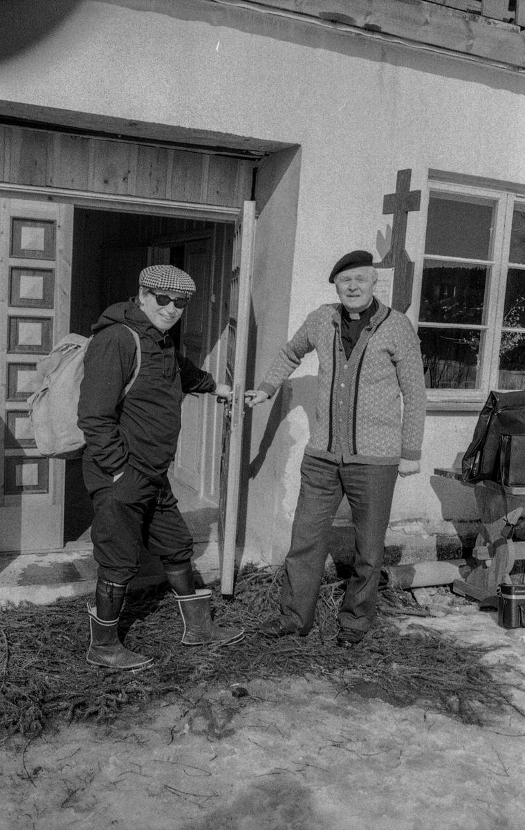 Vigsling av Slora kapell ved biskop Gunnar Lislerud. Prost H.C. Mamen i kappeldøren. Fint sommereksteriørbilde av Slora + en hytte på kollen.