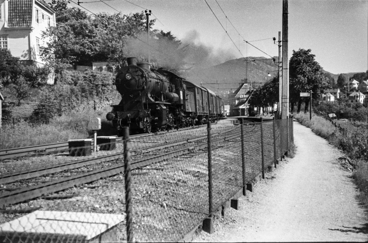 Godstog (kipptog) på Minde stasjon. Toget trekkes av damplokomotiv type 33a nr. 300.