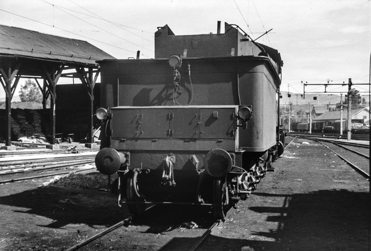 Tenderen på damplokomotiv type 24b nr. 222  ved lokomotivstallen på Hønefoss stasjon.