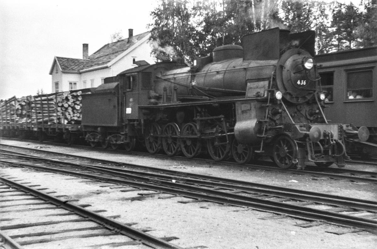 Damplokomotiv type 26c nr. 436 med godstog fra Tynset til Hamar, tog 5292, på Rena stasjon.