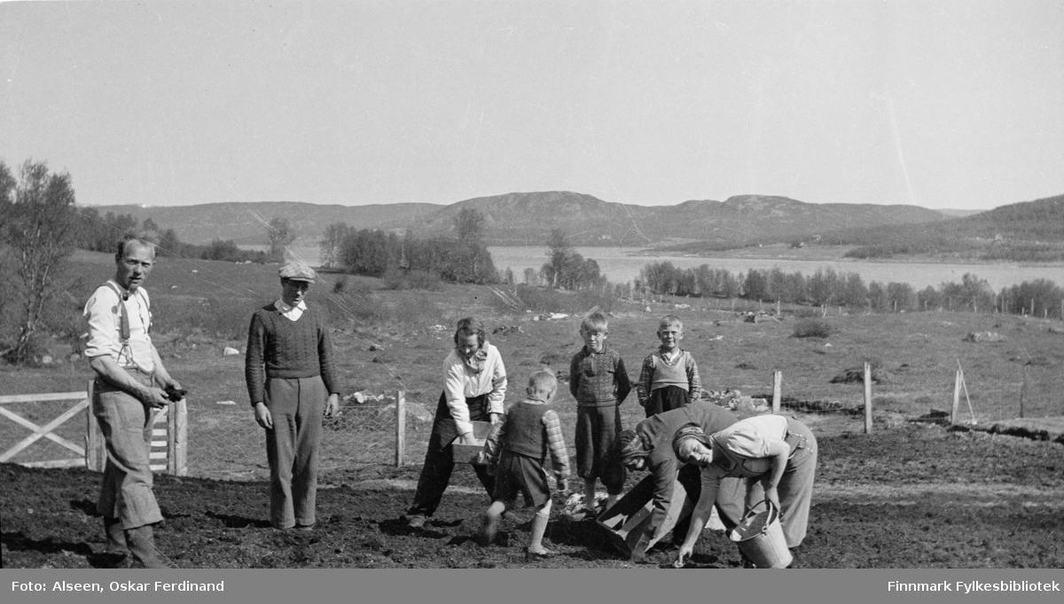 Sommeren 1940 i Jarfjord. Familien Alseen var en av mange familier som måtte evakuere under 2.verdenskrig. Anna Valle til høyre. Per Alseen  med hendene på ryggen mellom to av guttene.