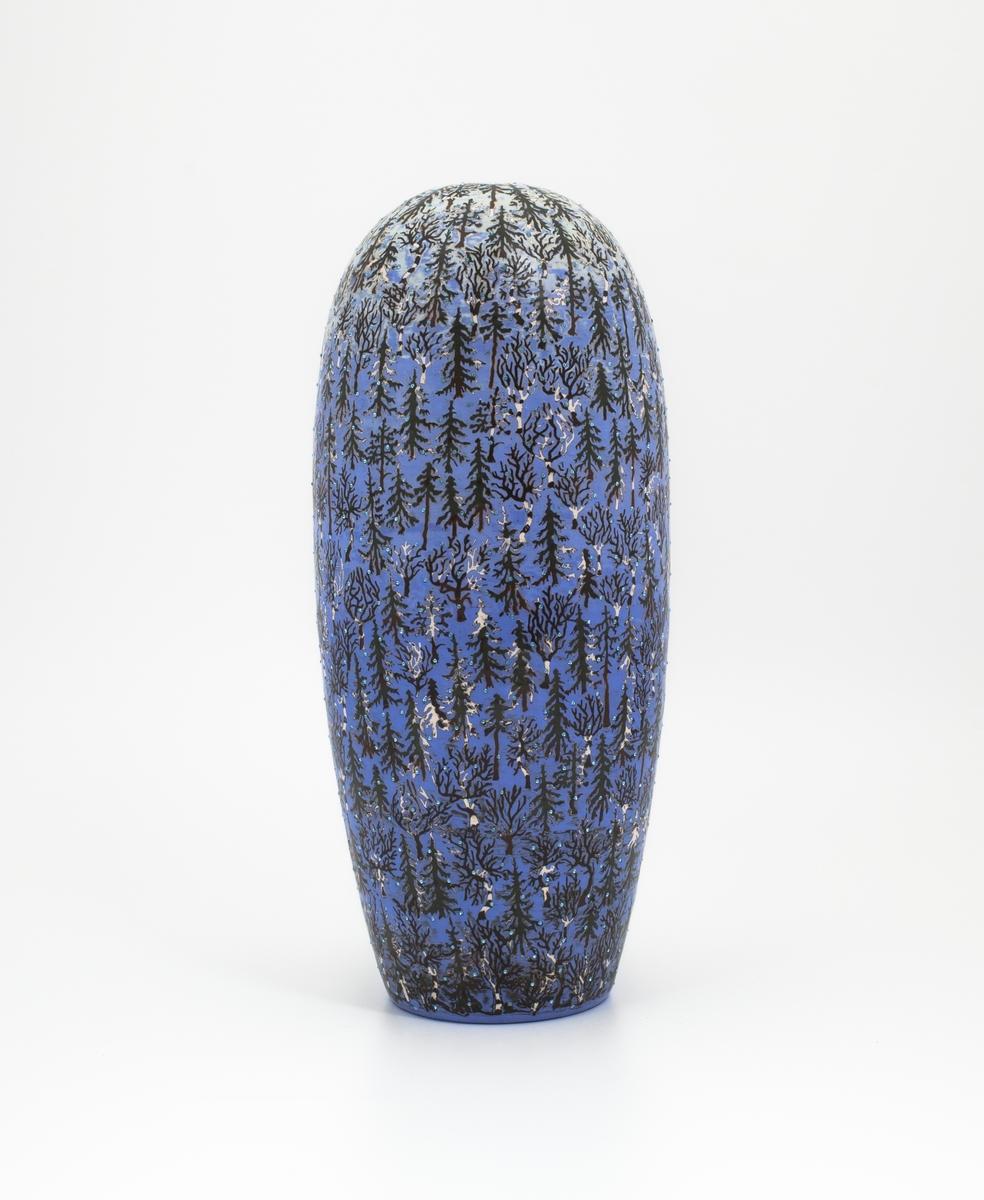 Urnen har som hovedmotiv furu- og bjørketrær i et blått landskap. Det gir assosiasjoner til et vinterlandskap. Similistenene på urnen fungerer som representasjoner for snøkrystaller.