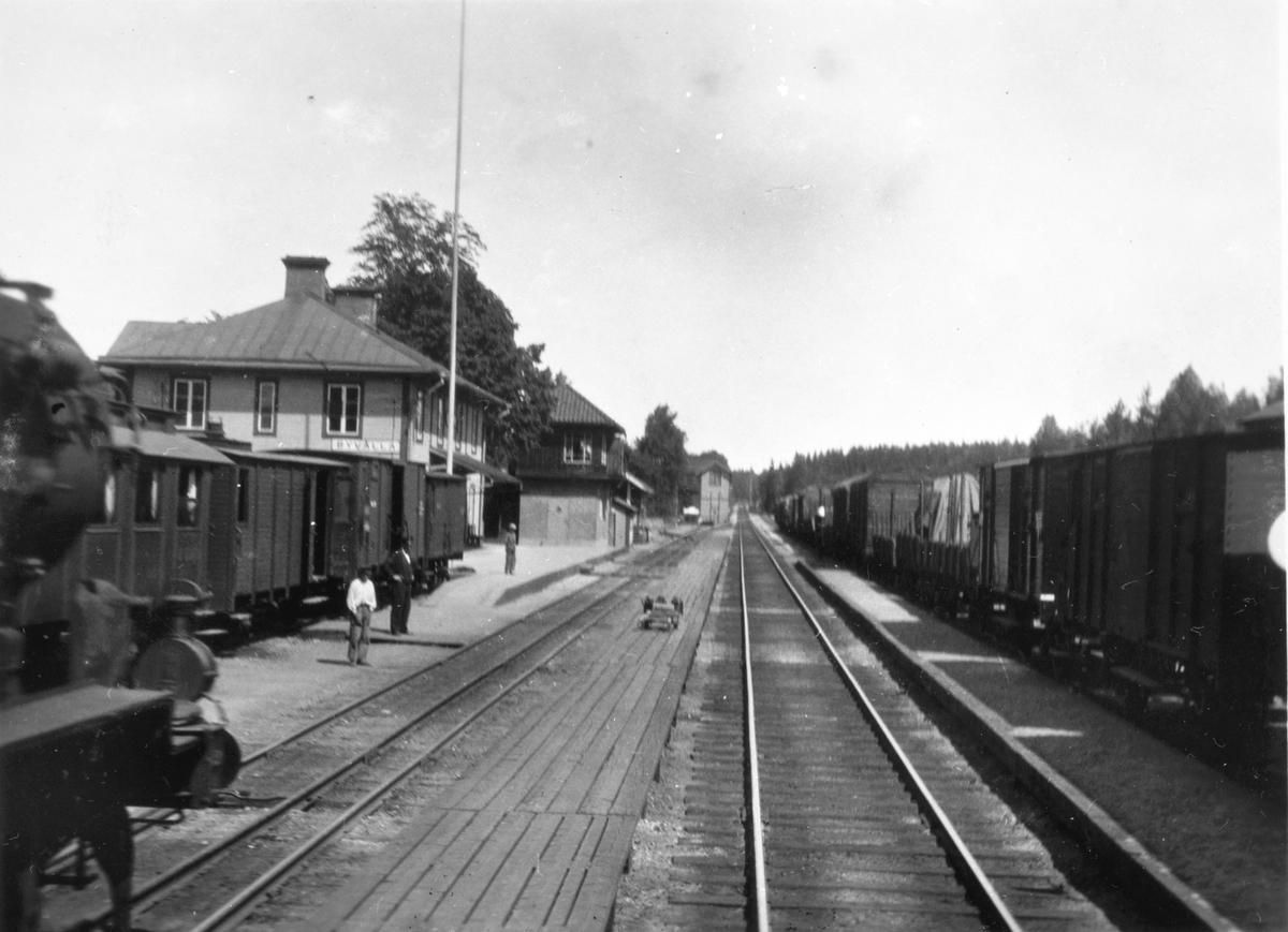 Byvalla järnvägsstation. Det vänstra spåret har två spårvidder, detta behövdes på grund av att den smalspåriga Byvalla-Långshyttan järnväg också trafikerade stationen.