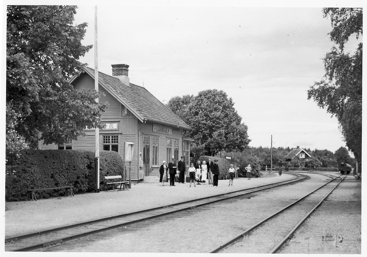 Trafikplats anlagd 1899. Stationshus i en och en halv våning i trä. 1937 företogs en utbyggnad för att skaffa plats för Pressbyråns kiosk och en bostadslägenhet.