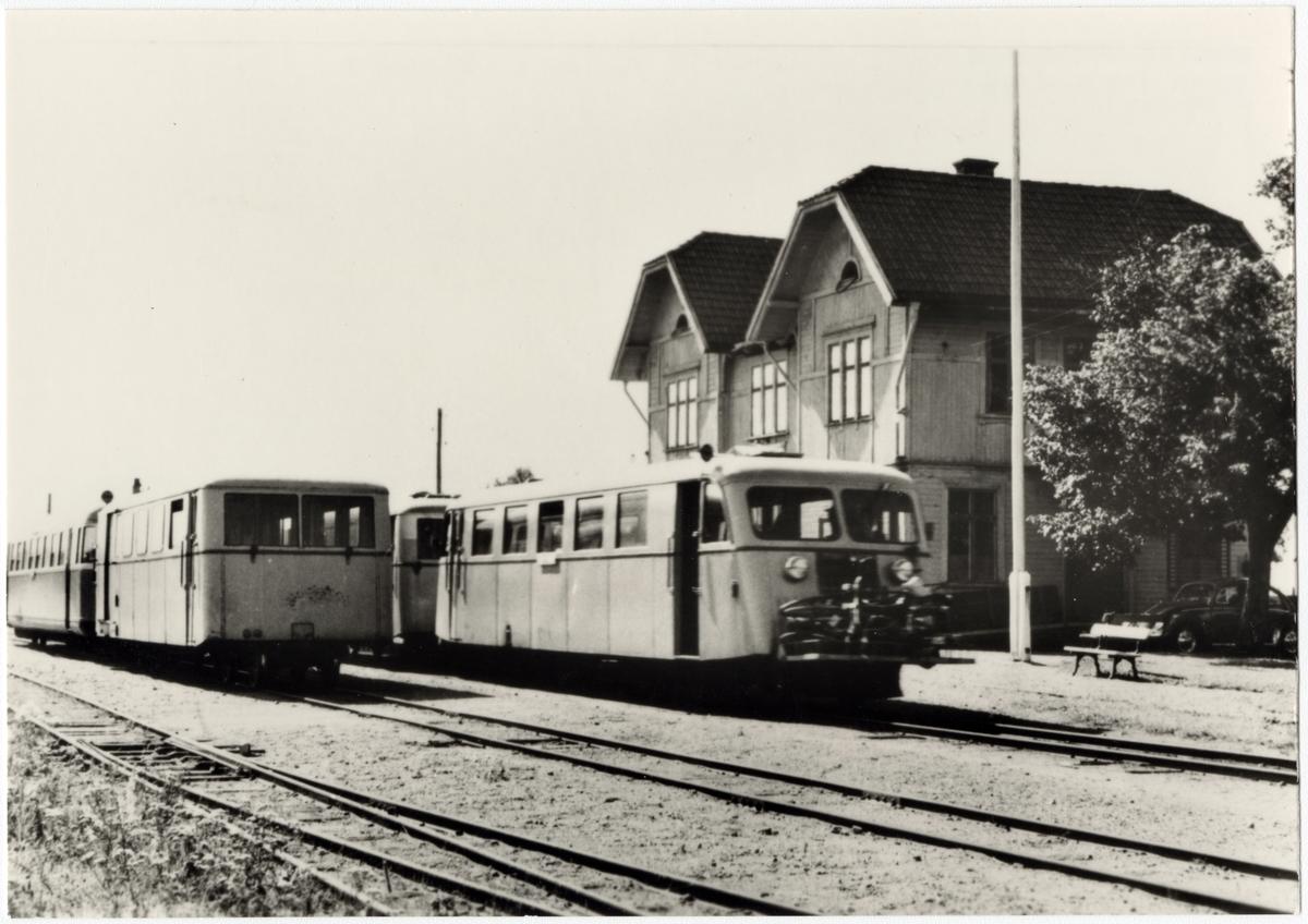 Skövde - Axvalls Järnväg, SAJ, Tågmöte på Varnhem station. Hilding Carlsson motorvagn tillhörande SJ.