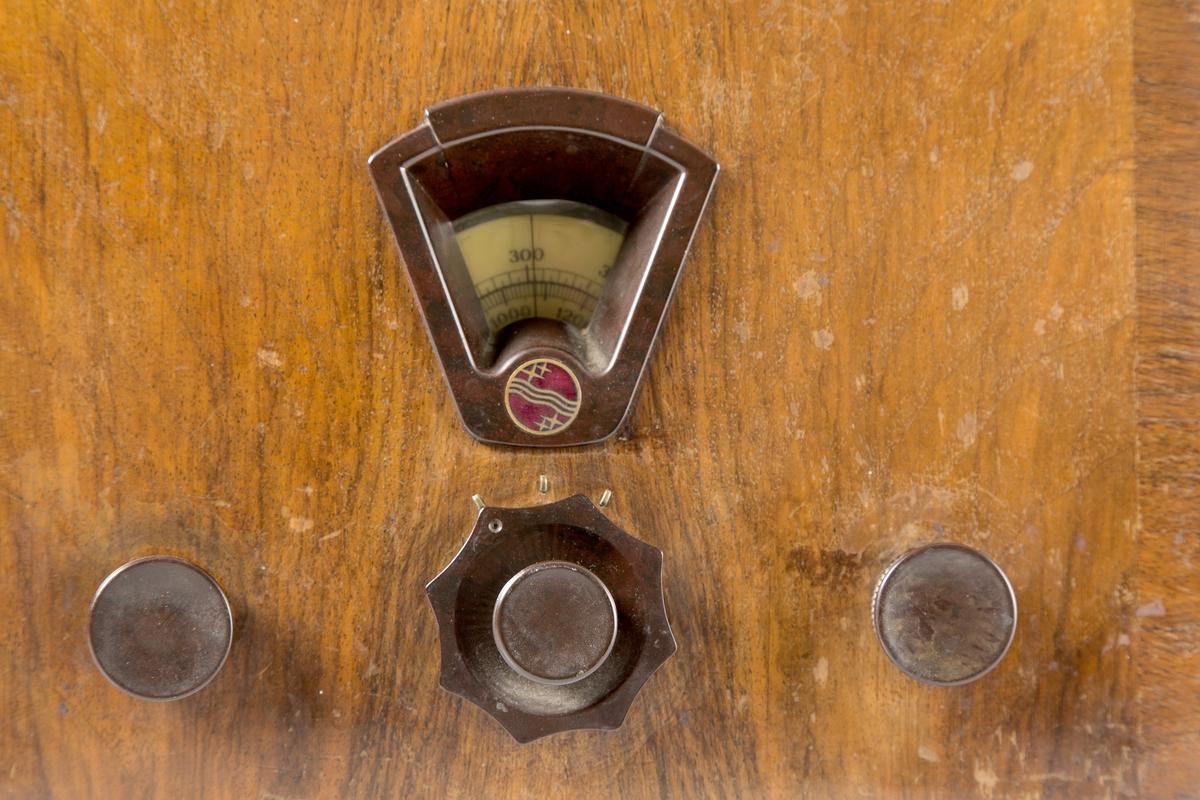 Radiomottaker Philips Octode Super. Lakkert trekasse, lyst trekk foran høyttaler, 3 kontrollknapper, søkeskala, alt på frontsiden.