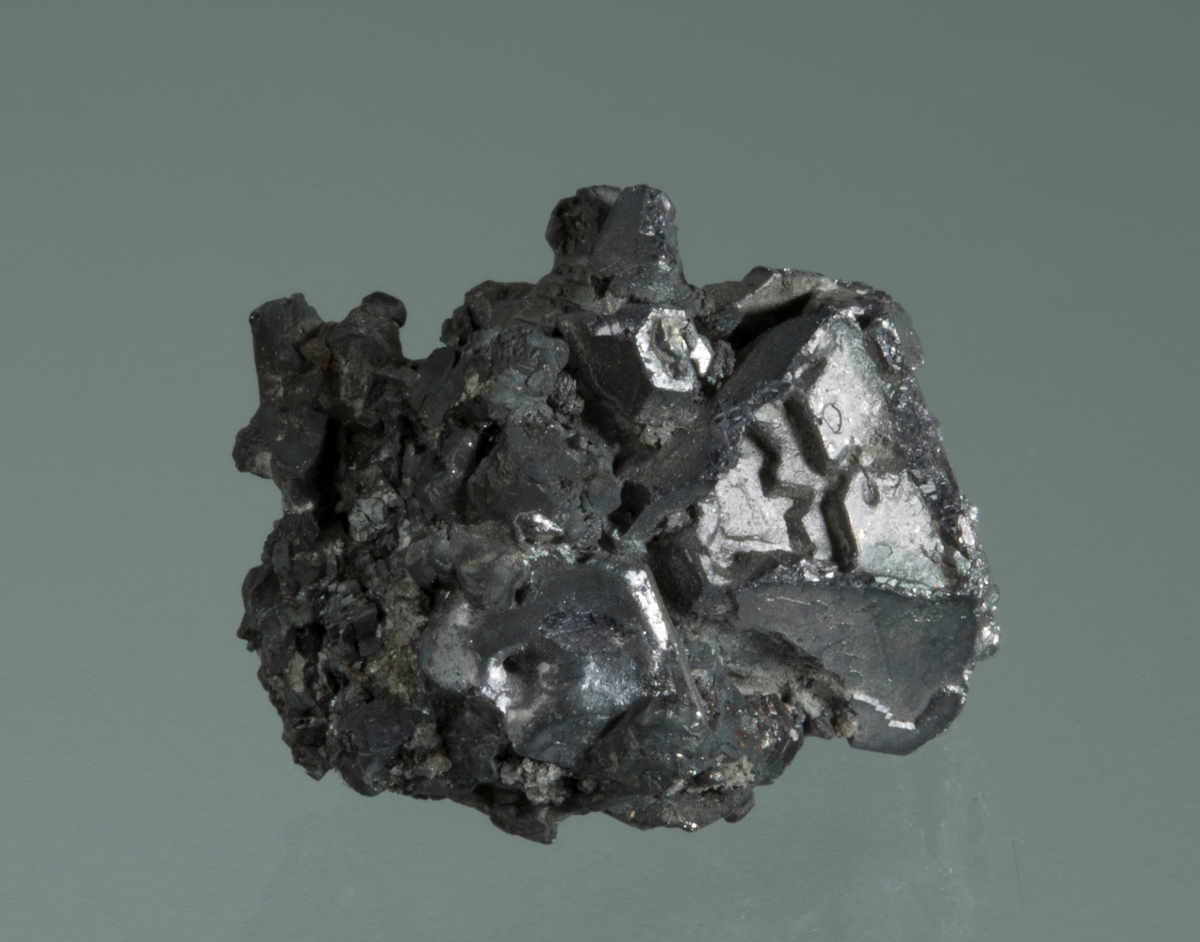 Krystall av blyglans Vekt: 15,10 g Størrelse: 2,3 x 1,8 x 1,5 cm