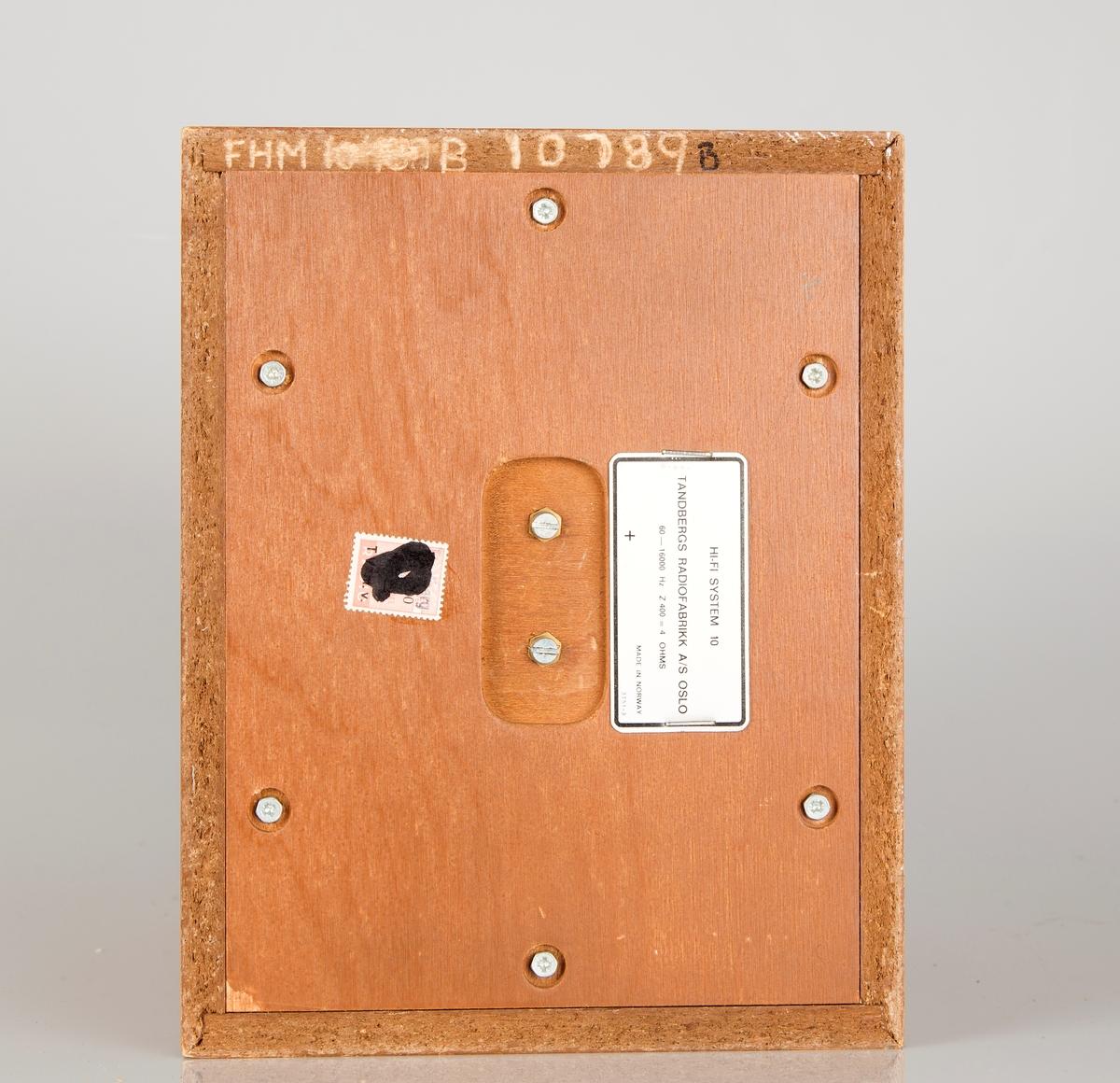 Radioapparat med to eksterne høyttalere. Rektangulært teak-finert kabinett, sort glassfront.