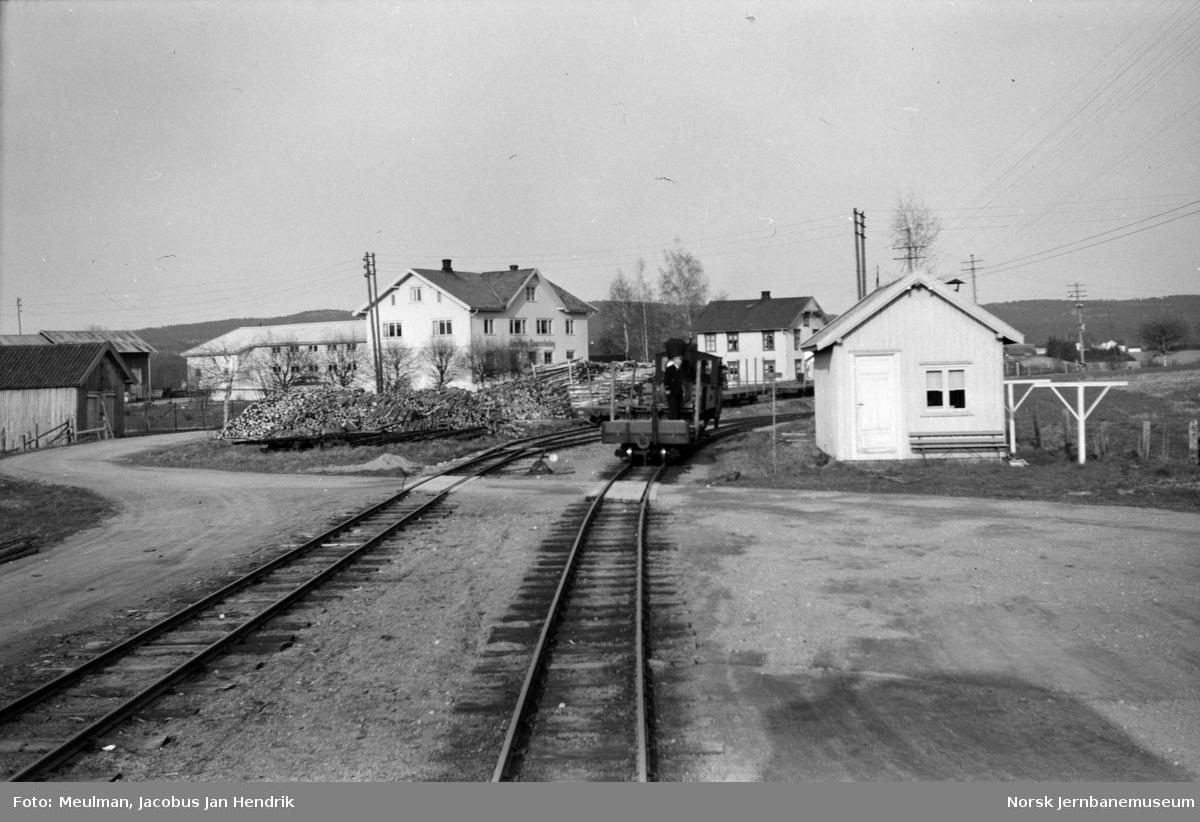 Damplokomotiv type XXIXa nr. 6 Høland skifter på Lierfoss stasjon.  Blandet tog fra Sørumsand til Bjørkelangen, tog 2075.