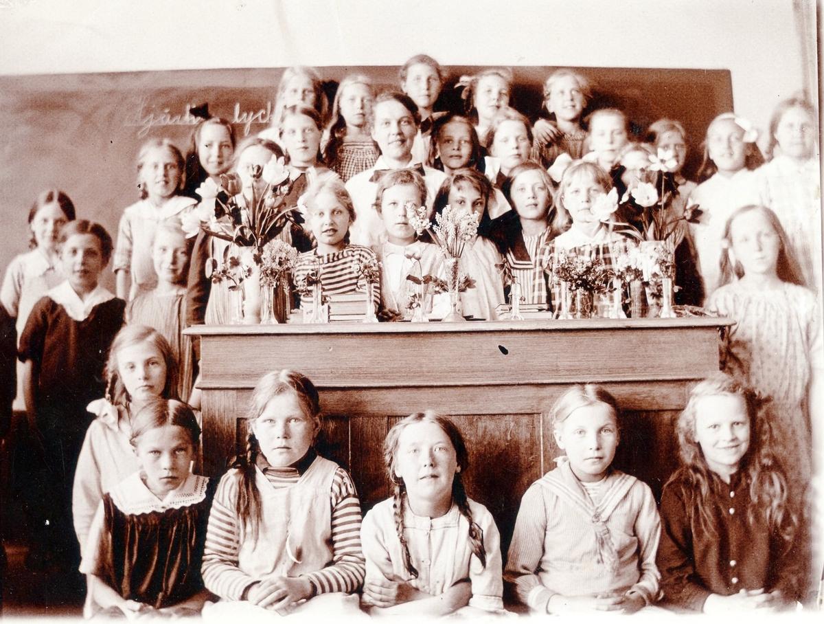 Fröken Carlsson (gift Friskopp) med elever i ett klassrum på Centralskolan.