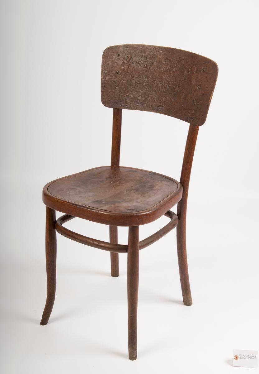 Stolen er en såkalt Wienerstol, med konstruksjon i bøyet tre, satt sammen med jernskruer. Mønster i ryggbrettet.