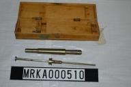 Besiktningsinstrumentet består av två delar och är tillverkat i metall. Förvaringslådan av ek-trä.