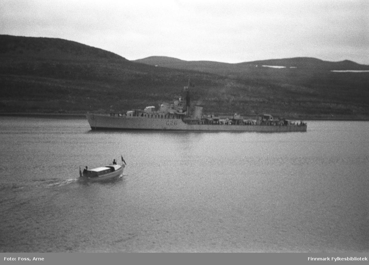 """Kongebesøk i Langnes juli 1946. Kong Haakon VII reiste landet rundt for å se på krigsødeleggelsene og gjenreisningsarbeidet. """"Kongen reiser fra Smalfjorden""""."""