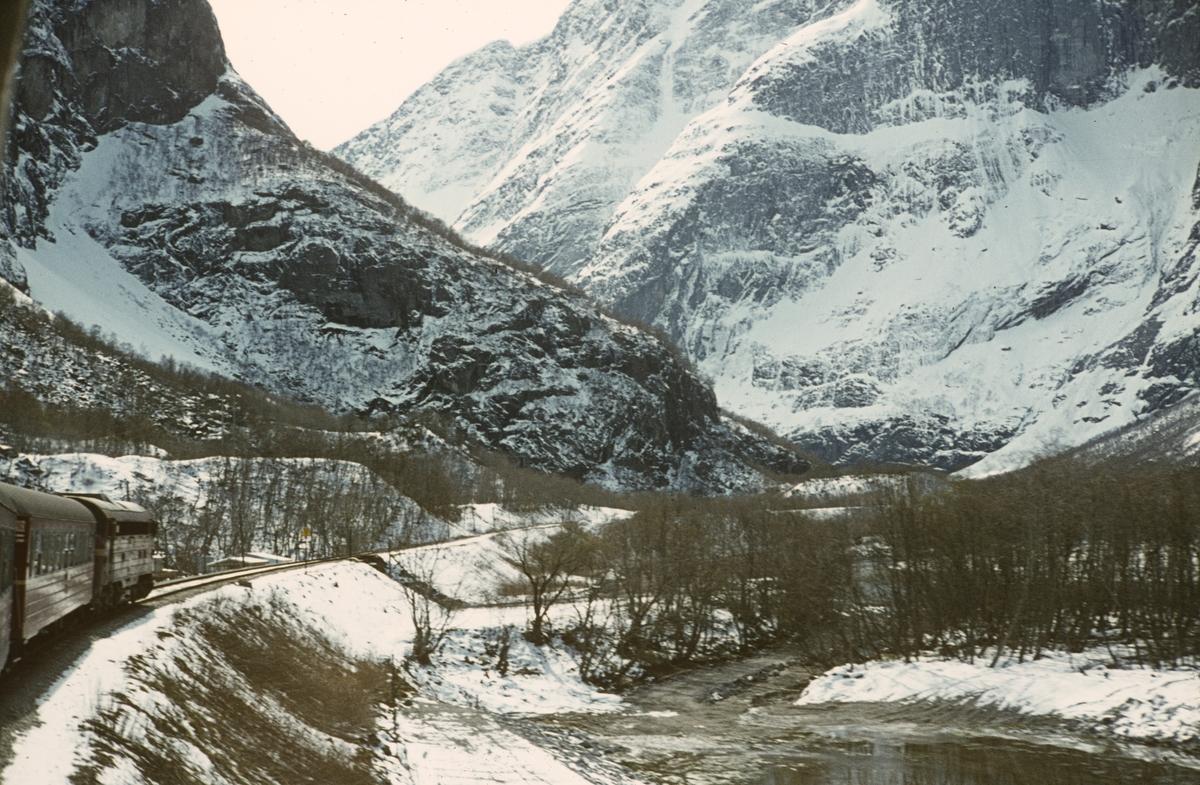 Underveis fra Åndalsnes til Dombås med dagtoget til Oslo Ø, tog 352.