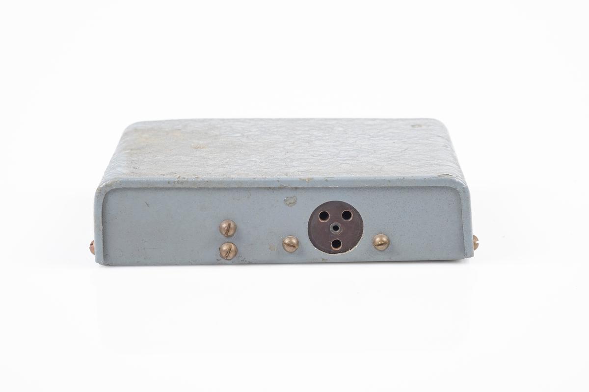 Tørrbatteri til kortbølgeradioradio med ytterplater er av metall som er lakkert i grått. På baksiden er det kontakt med 3 hull tilkobling av ledning på radio.