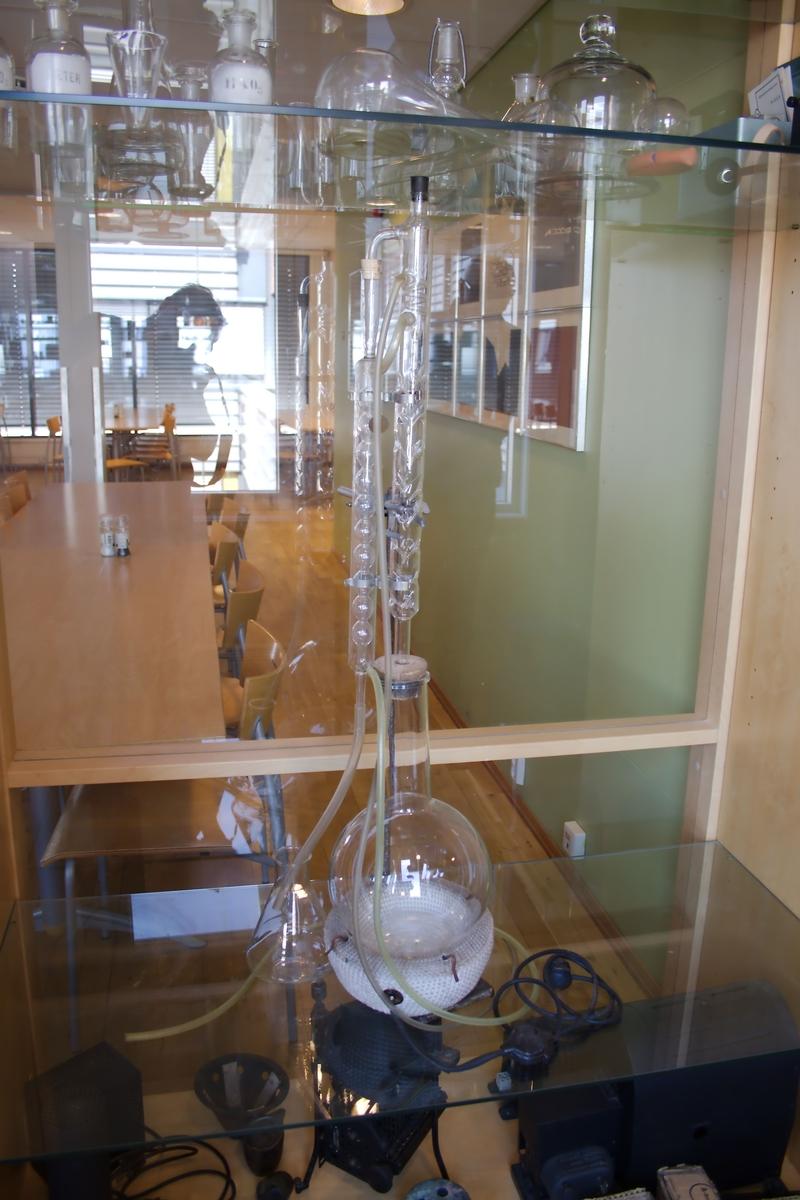 Destillasjonsapparat med elektrisk varmekappe.