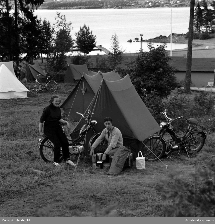 Mopedreportage i Dagbladet. Första två bilderna från Fläsians campingplats där mopedturisterna Stig Hellman och Saga Enlund från Uppsala slagit upp sitt tält för natten. Tredje bilden visar Frans Andersson som gillar att IC-stationen vid Packhusgatan utrustats med en automatpump för mopedister. I den lägger man i en enkrona, får tillbaka en tjugofemöring och fyller tanken för sjuttiofem öre. En ny standardutrustad moped köpte man på den tiden för 795 kronor.
