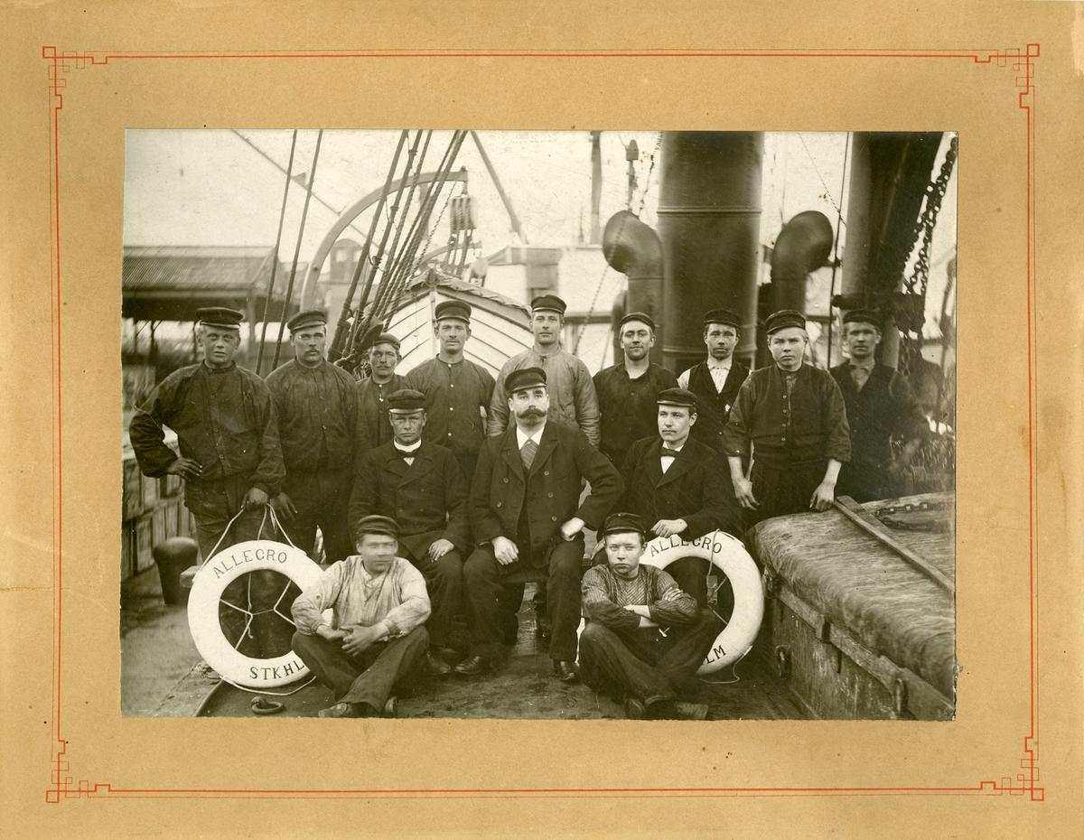 Besättningen ombord på S/S ALLEGRO.  Mannen i mitten med mustachen är Axel Österholm.