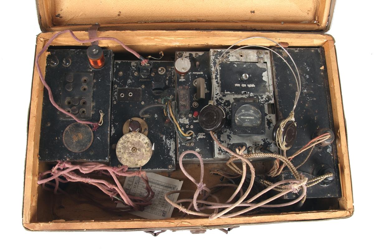 Hjemmelaget radiosender og mottaker med hodetelefoner plassert i en koffert