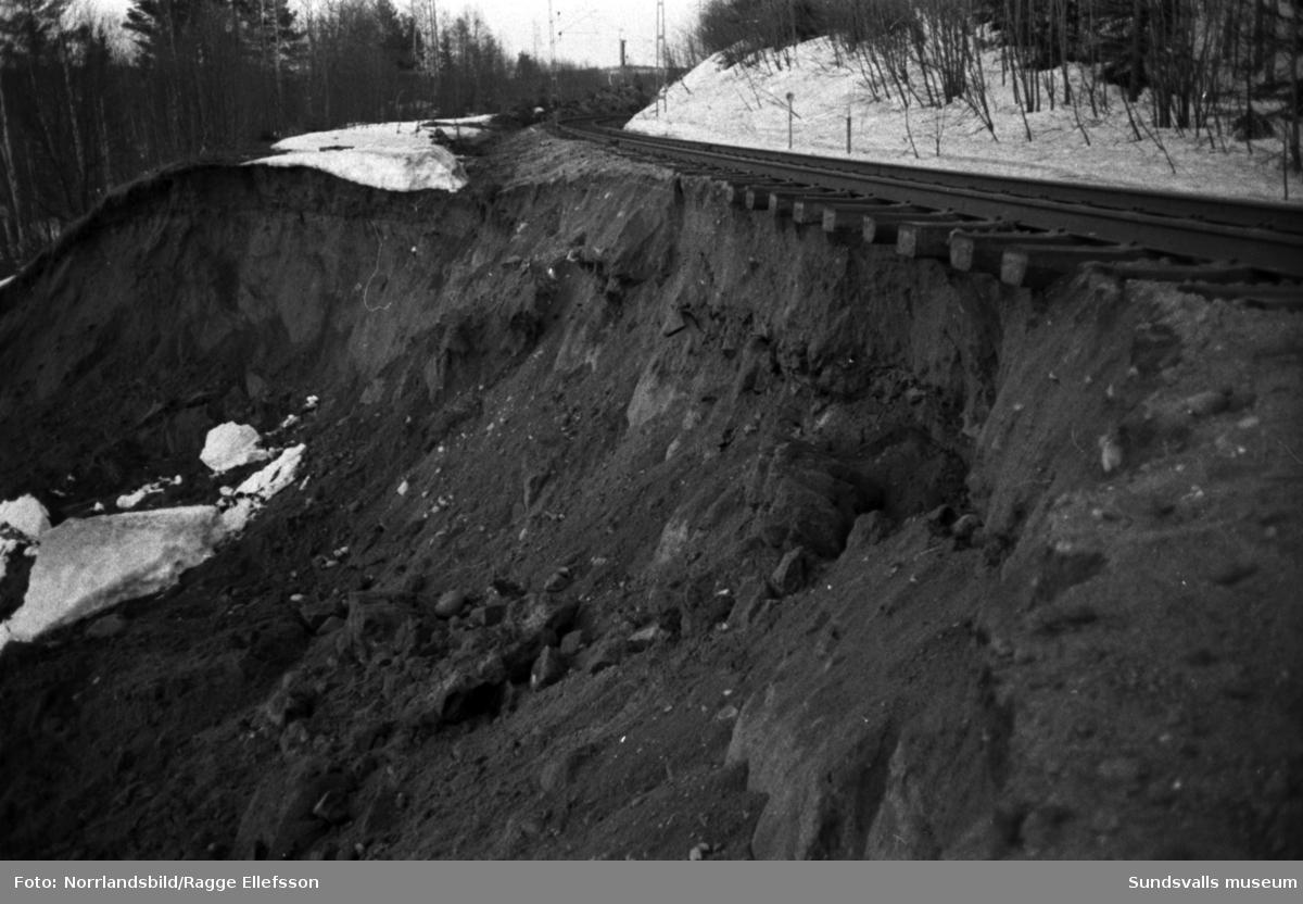 Järnvägsvallen har rasat vid Hussjöby, Söråker.