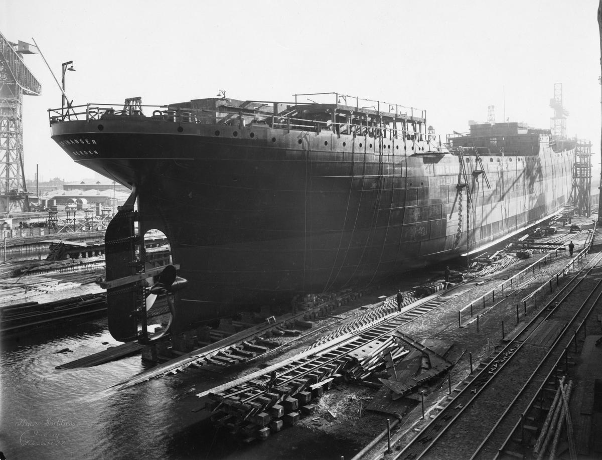 Motivet viser MT SPINANGER (bygget i 1927) under bygging ved Schiechau i Gdansk.