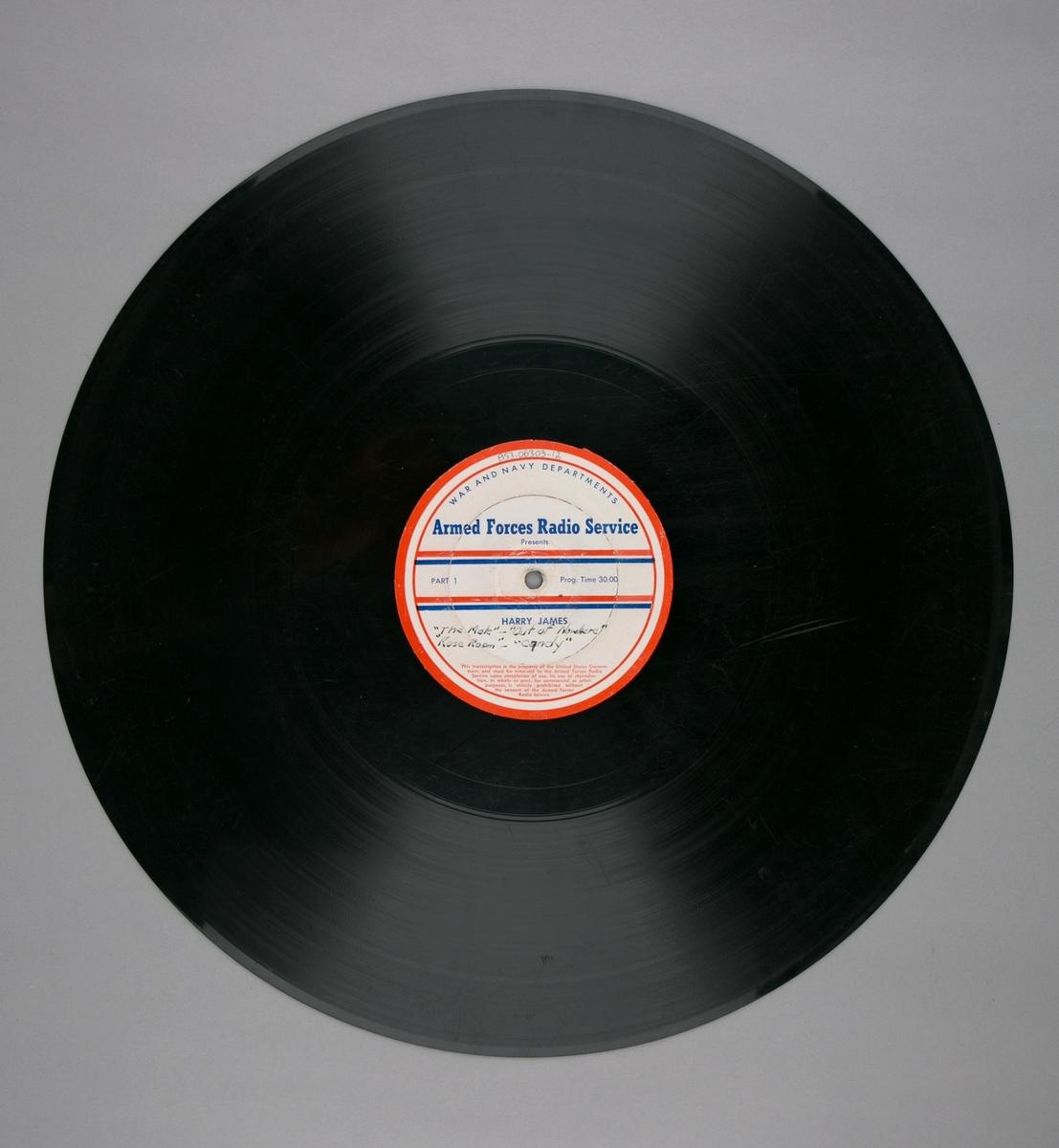 "Grammofonplatesamling. LP-plate med tittel ""Armed Forces Radio Service"" utgitt av War and Navy Departements. Plate i svart vinyl spilles på platespiller med 33 1/3 omdreininger i minuttet (33-plate)."