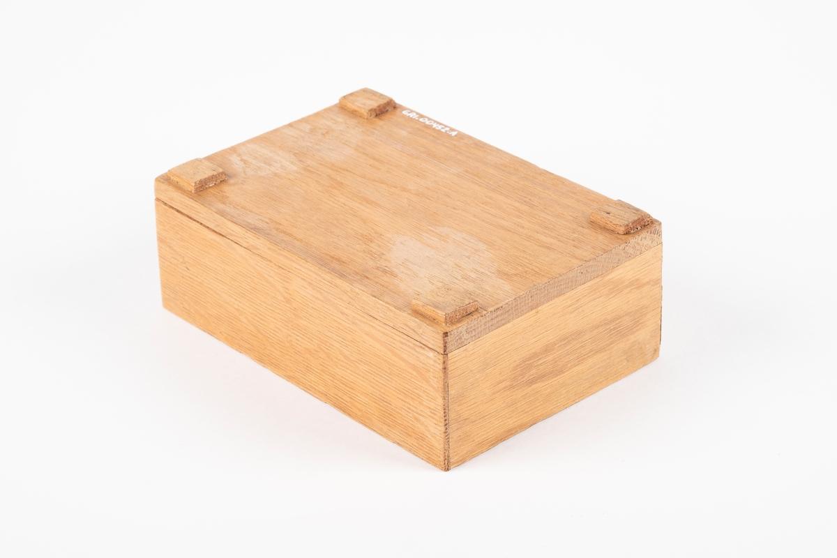 Bunn til skrin med 4 ben av tynne kvadratiske klosser.
