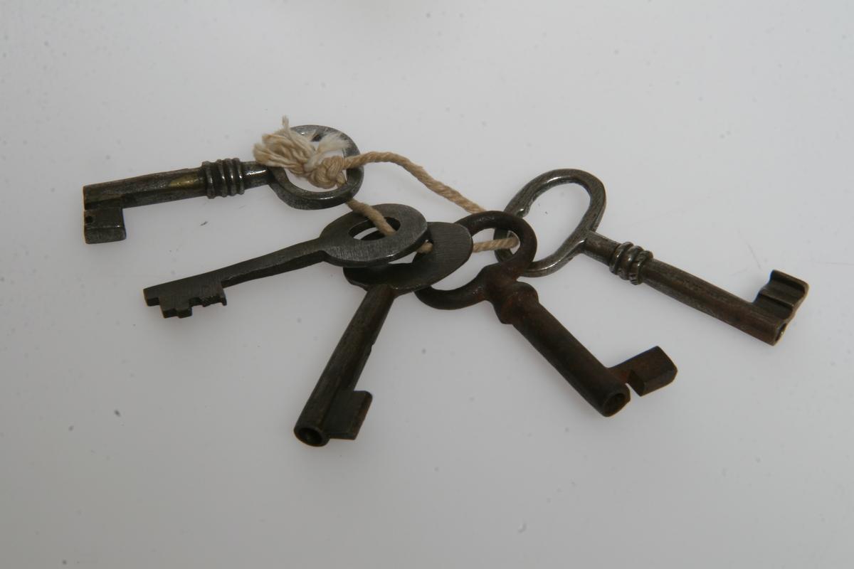 Jern. AS.310648-AS.310652 er bundet sammen med en hyssing.