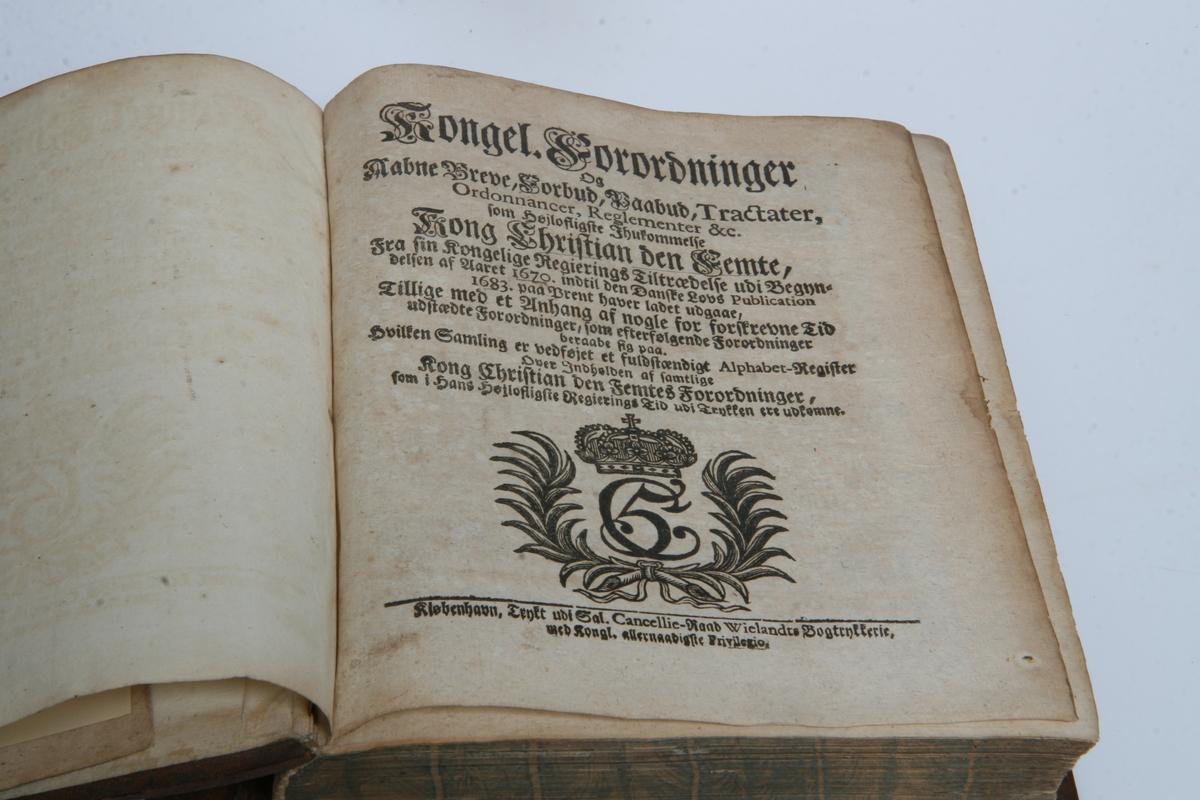 """Innbundet i skinn med gulltrykk. """"Kongel. Forordninger og Aabne Breve"""" 1670-1683. København u.å."""