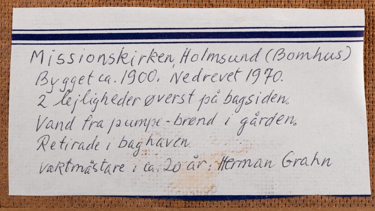 Tavla föreställande Holmsunds missionshus. Olja på masonitpannå.