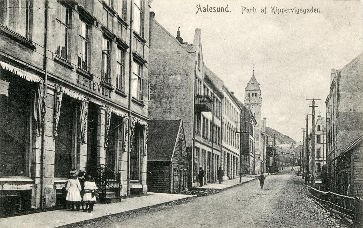 Motiv av gatemiljøet i Kipervikgata, Ålesund, sett mot øst.
