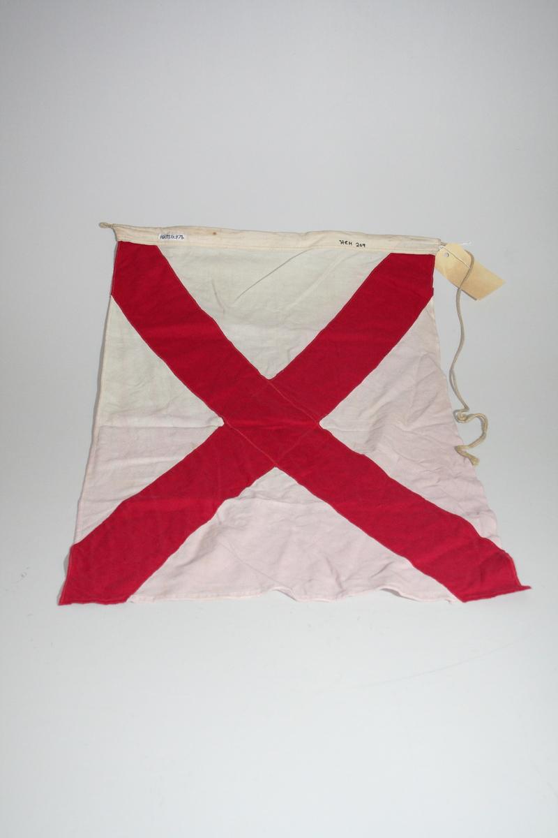 """Bokstaven V. Sivil betydning: """"Jeg trenger assistanse"""". Retangulært. Et rødt kryss på hvit bunn. Flagget er en del av en flaggrekke med nummerene HRM.G.0000373 til HRM.G.0000390"""