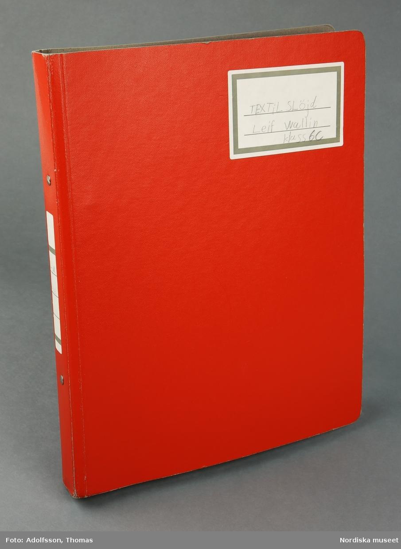 """Ringpärm i röd kartong för papper i A4-format. På framsidans övre högra hörn en ettikett med texten  """"TEXTIL SLöjd Leif Wallin Klass 6C"""" Innehåller årskursplaner; instruktioner för måttagining;  instruktion till slöjdpåse (NM.0334269) och förkläde; beskrivningar av och prover på olika stygn, virkning, bandvävning, stickning; beskrivning av en symaskin och provlapp från maskinsömnad; materiallära; skiss och mönster till orm; symaskinskörkort och mönster till broderier. /Fiffi Myrström, 2014-02-14"""
