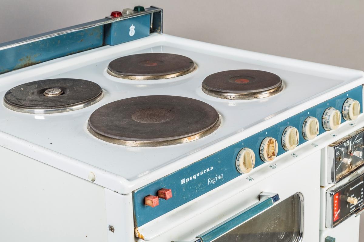 Komfyr Husqvarna Regina. Fire kokeplater, to stekeovner, skap til stekebrett, tenkeplate,timer, klokke løse deler: to langpanner, 4stekebrett, rist, rist til langpanne