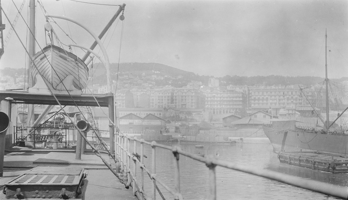 Utsikt mot Alger sett fra midskipet på D/S STORFOND. I bakgrunnen skimtes lagerhus på påskrift: MATERIAUX DE CONSTRUCTION,  H.GIUILY & FILS.