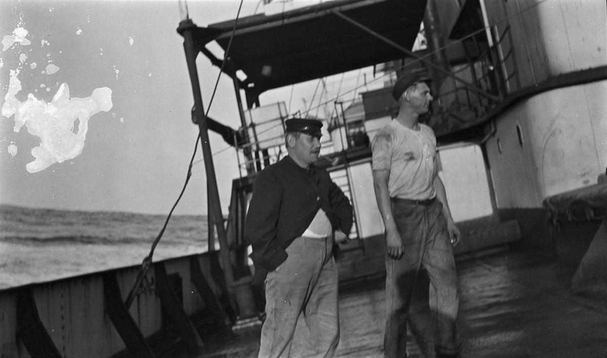 To menn på dekk om bord på DS STORFOND.