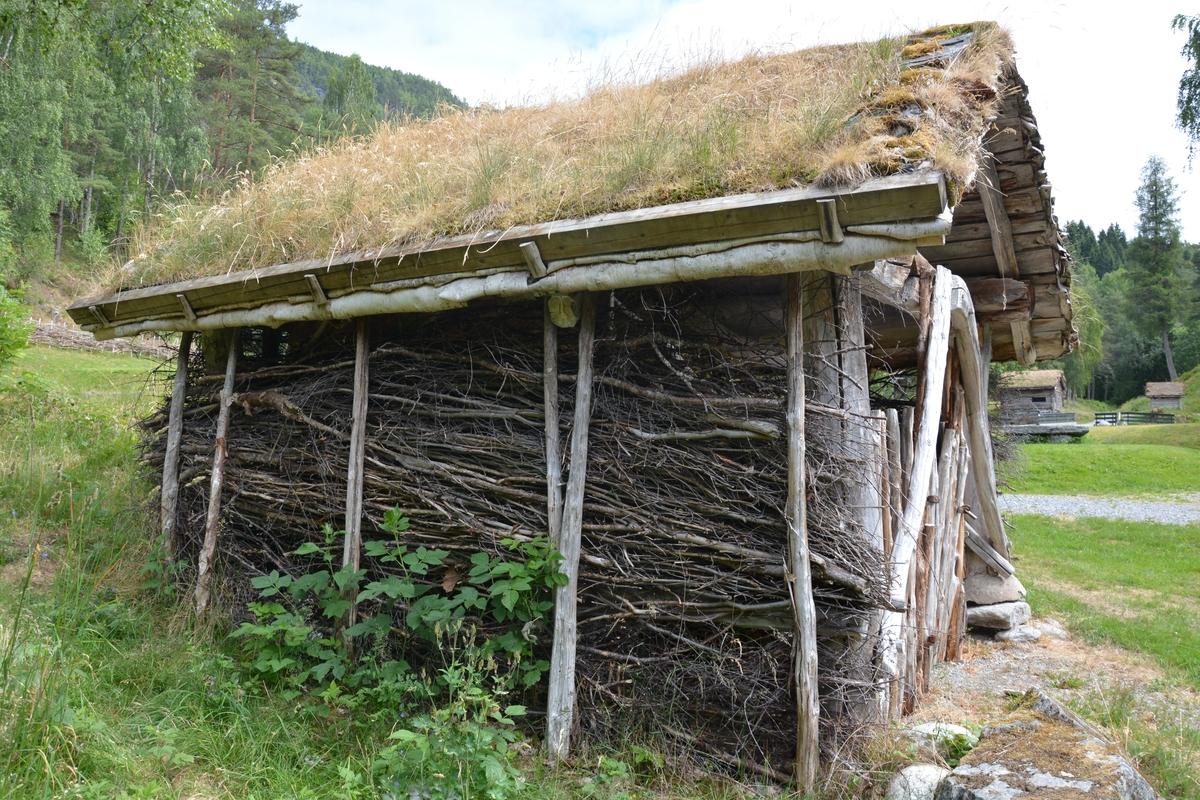 Rislade i stavverk med vegger av ris. Torvtak
