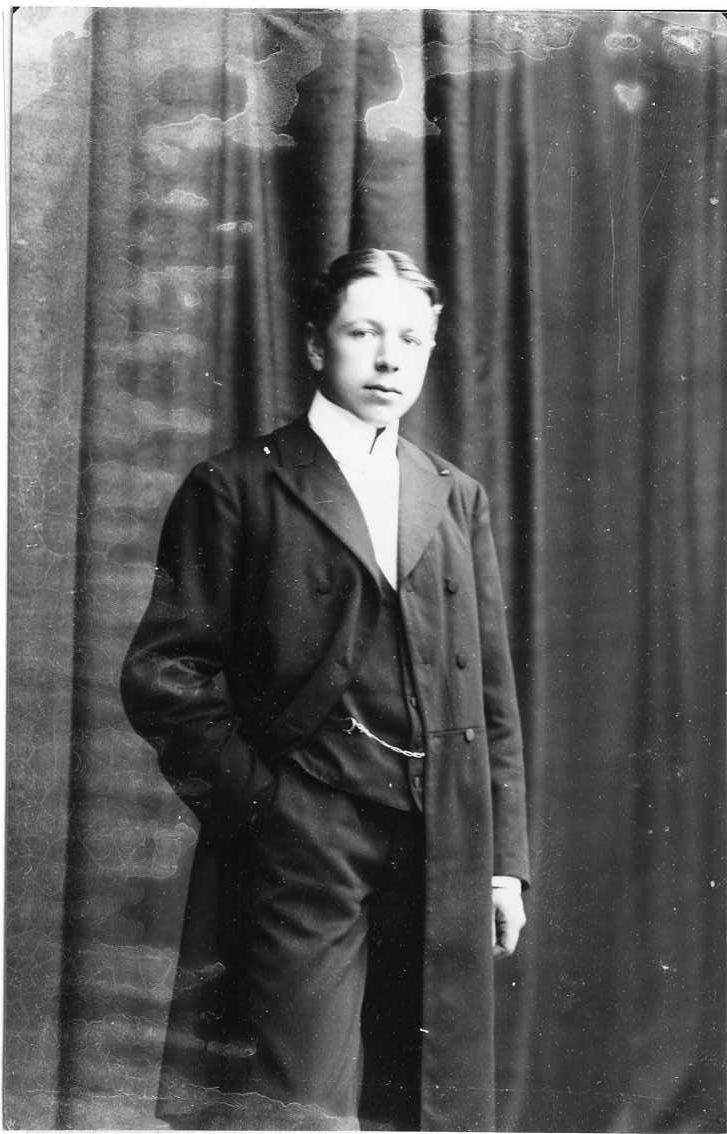 Porträtt av Olle Andersson, en ung man i bonjour och klockkedja i västen.