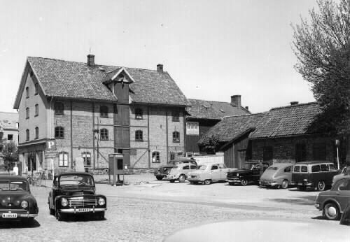 Magasinet revs 23/7 1957, för schaktning för blivande stadshus.  Falkenbergs brandkår fanns i huset till vänster fram till 1954 då brandstationen i kv. Hjulet togs i bruk.