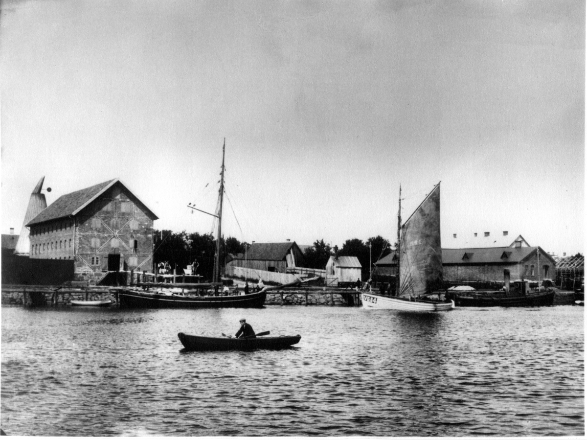 I bakgrunden ses uppförandet av byggnad på Slottshagen 8.