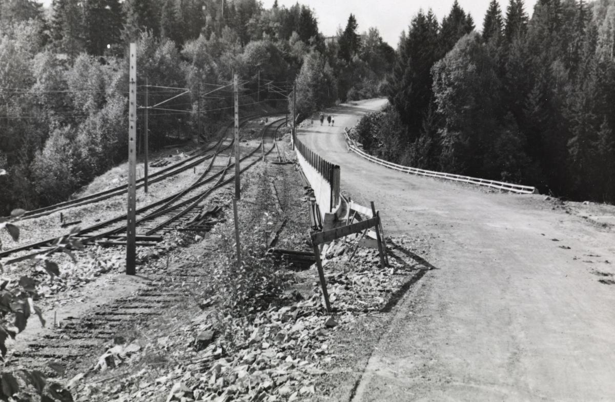Fra byggingen av banen mellom Lysakerelven og Sørbyhaugen. Sammenkoblingspunkt ved Lysakerelven