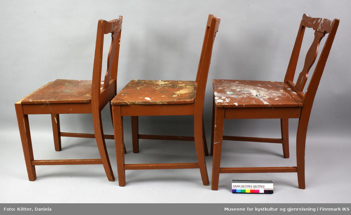 Stolen er laget av brunmalt treverk og bærer preg av et langt liv med røff bruk. Det er mange malingsflekker på den. De bakre stolbenene og sidene på ryggstøttene er laget av et element som buer svakt utover. Stolbenene foran er firkantede og rettstilt og er forbundet med bakbenene med firkantede sprosser. Forbindelsene mellom disse er utført som sliss og tapp. Setet er festet til ramma med påskrudde vinkler på undersiden. Midten av ryggstøtten består av et enkelt utskjært brett.