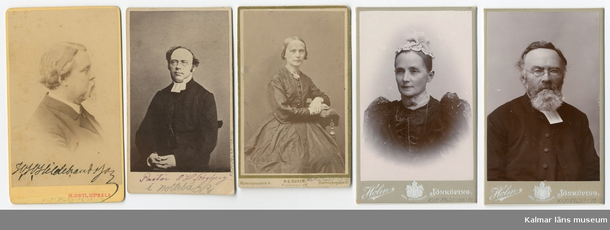 """KLM 28637:43:1-26, Fotoalbum, av papp och tyg. Samling av fotografier. Porträtt av medlemmar av familjen Wimmerstedt samt goda vänner till ägaren. Bilderna sitter i ett """"tygalbum"""". Albumet har sydda fickor för varje bild och hålls samman av ett grönt sidenband och en vit knapp. Tyget har ett blommönster i jugendstil.   :1 Fru Christina Wimmerstedt född Qvarnström :2 Lektor Lars Wimmerstedt, foto av teckning :3 Carolina Wimmerstedt, dotter till SC och LG Wimmerstedt :4 Carolina Wimmerstedt, dotter till SC och LG Wimmerstedt :5 Professor Axel Wimmerstedt, son till SC och LG Wimmerstedt :6 Professor Axel Wimmerstedt, son till SC och LG Wimmerstedt :7 Christina Wimmerstedt, dotter till SC och LG Wimmerstedt :8 Hanna Rogberg född Wimmerstedt, dotter till SC och LG Wimmerstedt :9 Lars Wimmerstedt, son till SC och LG Wimmerstedt :10 Fru Amanda Carlander, född Wimmerstedt och dotter till SC och LG Wimmerstedt, och dottern Maria :11 Karl Wimmerstedt, son till SC och LG Wimmerstedt :12 Karl Wimmerstedt, son till SC och LG Wimmerstedt, med hustrun sofia Aminoff. Finns ytterligare en kopia som ej förvaras i fotoalbum. :13 Prosten O H Rogberg :14 Hanna Rogberg född Wimmerstedt, dotter till SC och LG Wimmerstedt :15 Hanna Rogberg född Wimmerstedt, dotter till SC och LG Wimmerstedt, 1869 :16 Prosten O H Rogberg :17 Hugo Hildebrand Hildebrandsson :18 Riksanikvarie Bror Emil Hildebrand :19 Troligen överstinnan Hedvig Louise Charlotte Adlersparre född Söderberg tillsammans med dottern Rosalie :20 Kommendör Axel Adlersparre, Son till Axel Adlersparre, bror till Georg, med sonen Karl :21 Överste Georg Adlersparre, son till Axel Adlersparre och bror till Karl :22 Sophie Adlersparre, dotter till Axel Adlersparre :23 Alcyone Adlersparre :24 Heliodore Adlersparre, född Ankarsvärd gift med Axel Adlersparre (dy) :25 Andlersparre, Två av Axel Adlersparres (dy) tre söner Georg, Rolf och Karl – oklart vilka :26 Sophie Adlersparre, dotter till Axel Adlersparre"""
