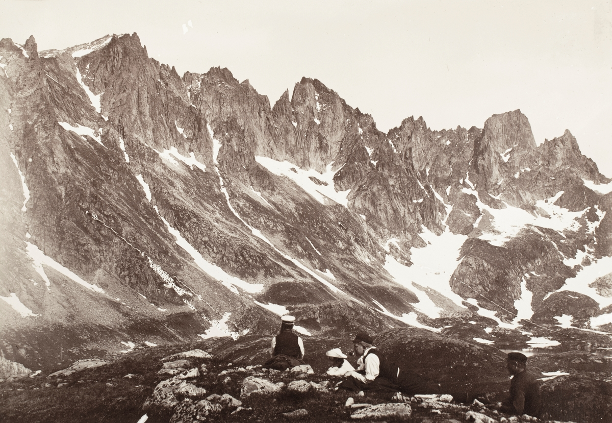 Motiv av mennesker på fjelltur i Molladalen, Ørsta.
