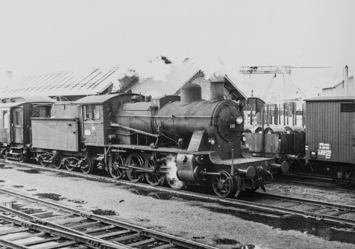 Damplokomotiv type 24b nr. 195 på Dokka stasjon 2. påskedag 1967