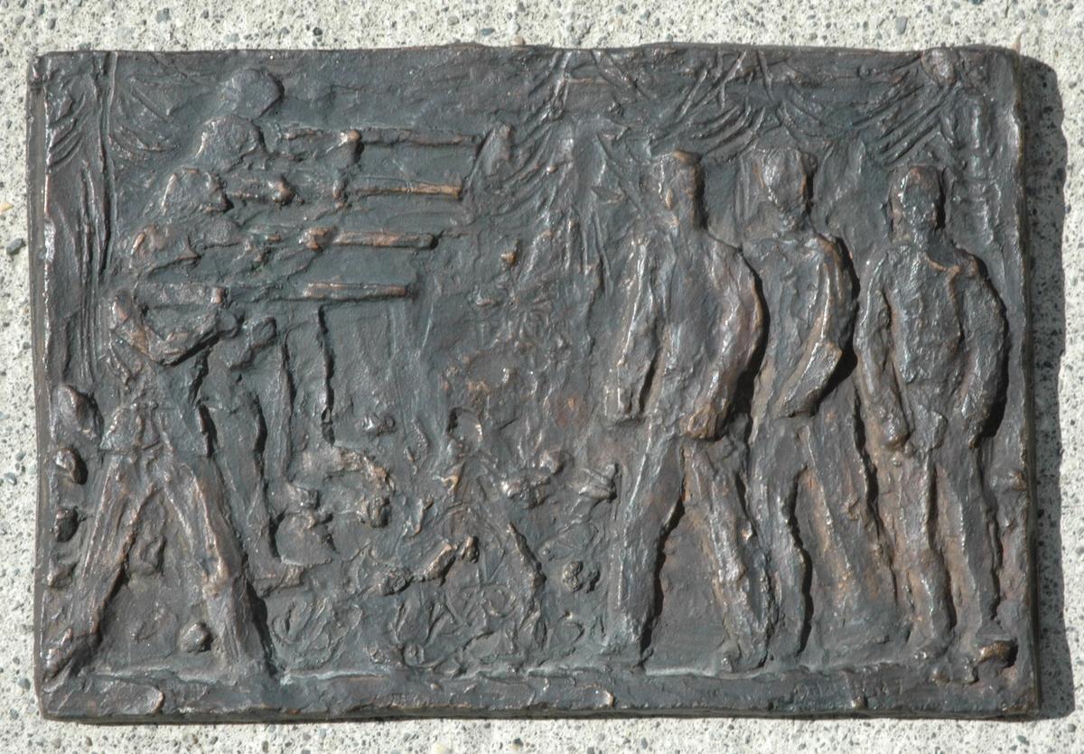 """Bronseavstøpning av en versjon av """"Arkebusering"""", relieffet som ble avduket i Falstadskogen i 1947."""
