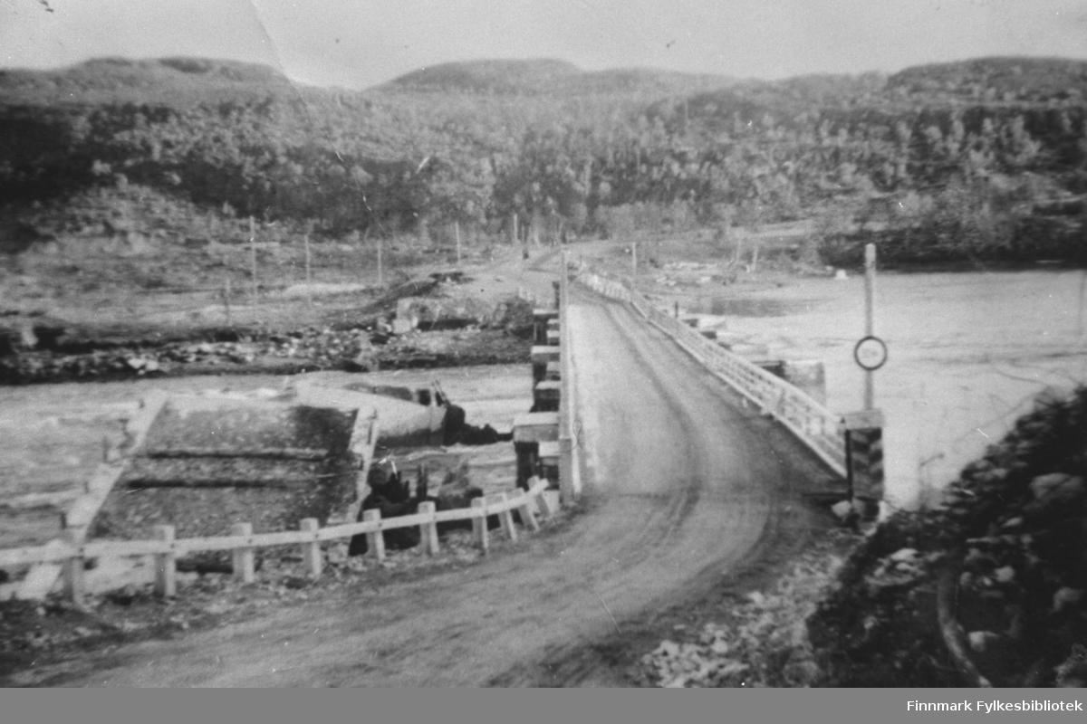 En bru som russerne bygde etter krigen ved Elvenes. Rester etter den gamle brua sees i vannet til venstre. Bildet er tatt i 1945.