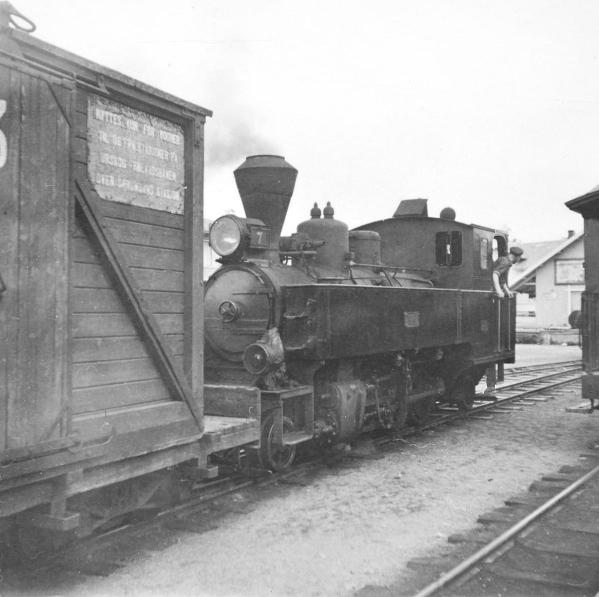 Damplokomotiv type XXIXb nr. 7 PRYDZ med godsvogn lastet med løftekasse G 93 på Bjørkelangen stasjon