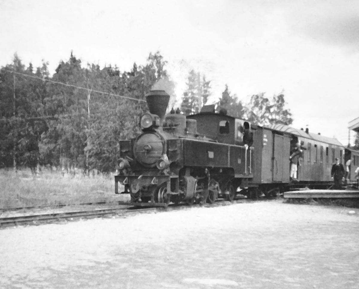 Damplokomotiv XXIXb nr. 7 PRYDZ på Fosser stasjon med tog til Skulerud